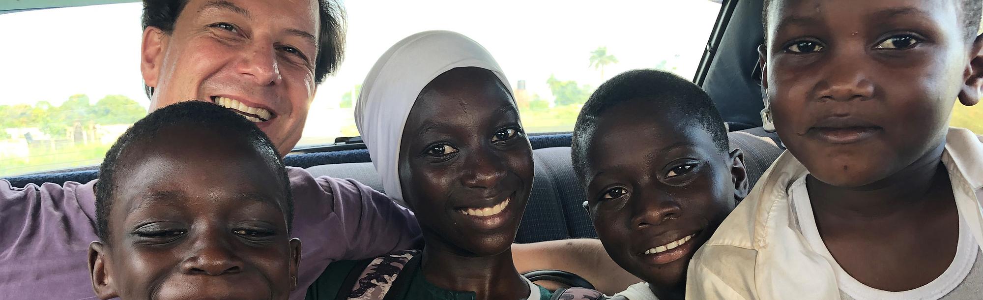Kinder Im Auto Gambia